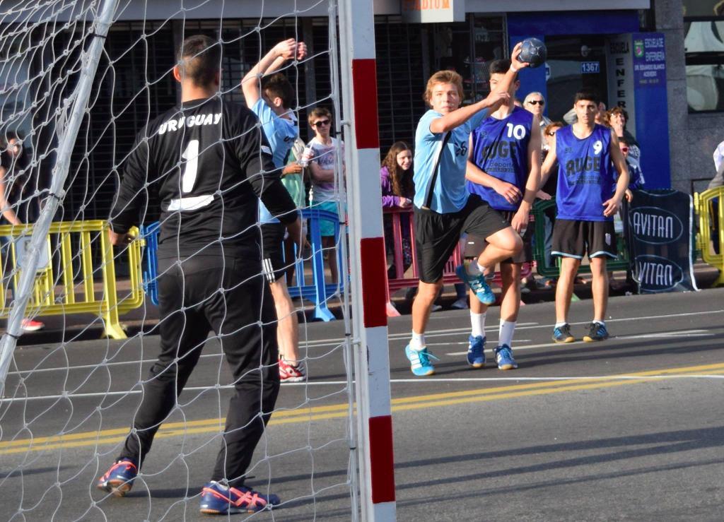347-uruguay-handball-en-la-calle-in-front-of-city-hall-montevideo-street-handball14