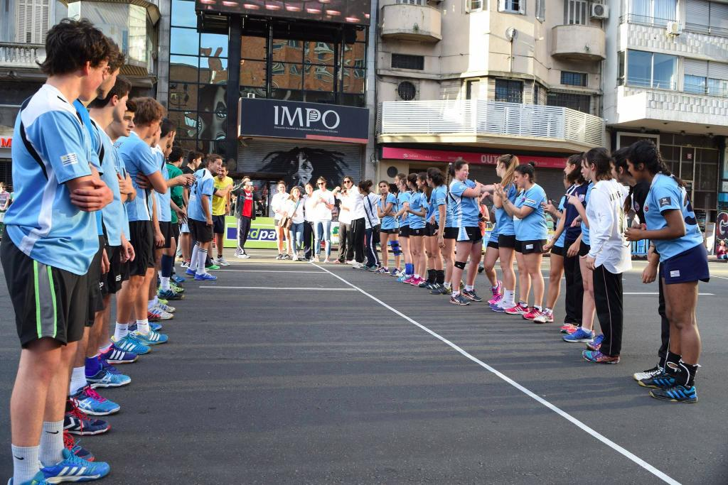 347-uruguay-handball-en-la-calle-in-front-of-city-hall-montevideo-street-handball15